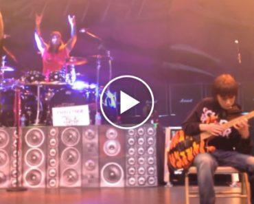 Rapaz De 11 Anos Toca Cover Dos Van Halen Em Palco Com Os Steel Panther, e Deslumbra!!! 9