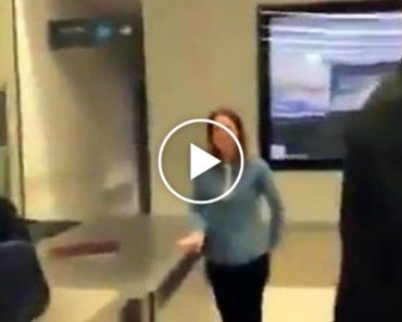 Como Envergonhar Um Amigo No Aeroporto... Hilariante!!! 2