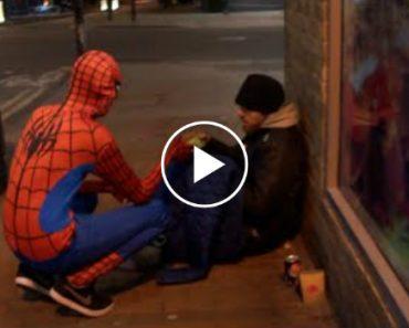 Homem Aranha Distribui Comida Aos Sem-Abrigo Em Birmingham 5