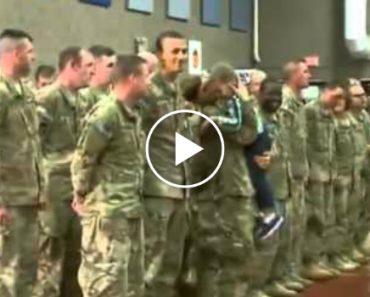 Menino De 3 Anos Ignora Protocolo Militar e Corre Para Abraçar a Sua Mãe 6