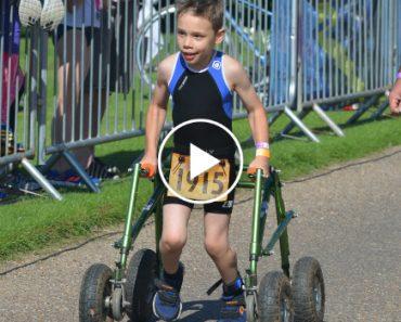 Menino De 8 Anos Com Paralisia Cerebral Termina Triatlo e Emociona Público 4