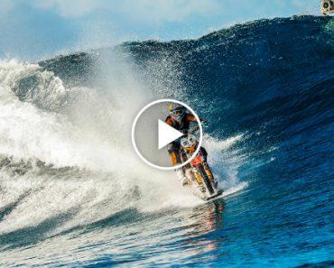 O Duplo Robbie Madison Desafia a Lógica e Surfa Onda No Tahiti Com a Sua DirtBike 5
