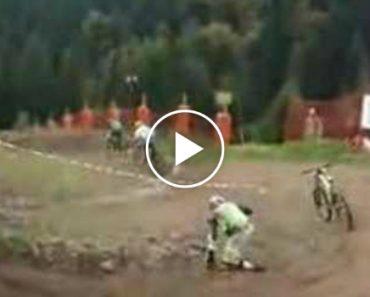 Ciclista Cai Durante Prova, Mas Bicicleta Resolve Continuar a Corrida 8