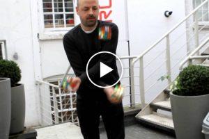Homem Resolve 3 Cubos De Rubik Enquanto Faz Malabarismo Em Menos De 30 Segundos! 10