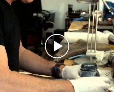A Forma Como Este Artesão Cria Uma Bracelete De Couro é Fascinante 8