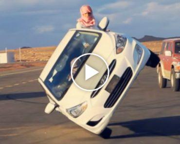 Em Apenas 2 Rodas, Carro Mantém-se Em Movimento Enquanto Homem Substitui Pneu 4