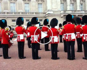O Render Da Guarda Real Britânica Ao Som Da Música Da Guerra Dos Tronos 1