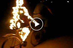 Homem Cria Original Escultura De Fogo Como Complemento Da Sua Bicicleta 10