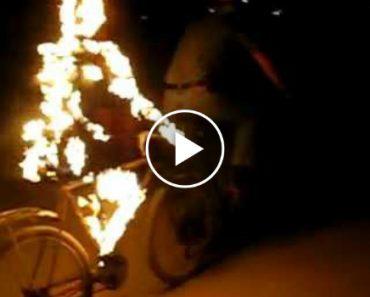 Homem Cria Original Escultura De Fogo Como Complemento Da Sua Bicicleta 1