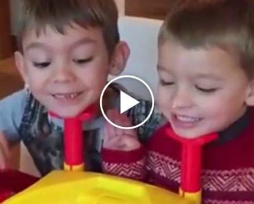 Irmãos Recebem Novo Jogo Como Presente, Mas o Mais Novo Depressa Deixou De Achar Graça 1