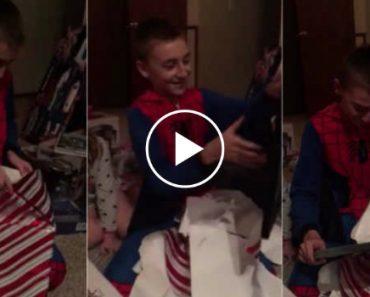 Menino De 11 Anos Recebe o Presente De Natal Perfeito e Emociona-se Ao Ver o Certificado De Adoção 9