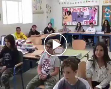Grupo De Crianças Espanholas Canta o Tema De Salvador Sobral Dentro Da Sala De Aula 4