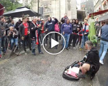 """Adeptos De Futebol Proporcionam """"Chuva De Moedas"""" a Sem-Abrigo Que Tocava Na Rua 3"""