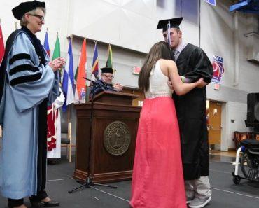 Os Médicos Disseram-lhe Que Nunca Mais Voltaria a Andar, Durante a Graduação o Inesperado Aconteceu 21