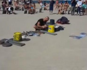 Artista De Rua Transforma Praia Em Festival De Música Usando Latas e Objetos Metálicos 6