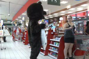 Rémi Gaillard Volta a Fazer Das Suas Desta Vez Na Pele De Um Urso 10
