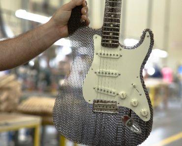 Esta Guitarra Fender é Totalmente Feita de Cartão Mas o Som é Simplesmente Extraordinário! 2