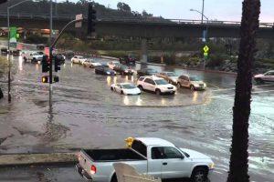 Lamborghini Testa As Suas Capacidades De Submarino Ao Atravessar Estrada Inundada 10
