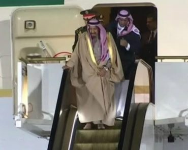 Escada Rolante De Ouro Avaria Obrigando o Rei Da Arábia Saudita a Descer Como o Comum Dos Mortais 4