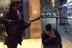 Sem-Abrigo Em Cadeira De Rodas Junta-se a Músico De Rua e Surpreende Todos Com Voz Magnífica 10
