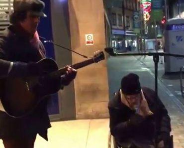 Sem-Abrigo Em Cadeira De Rodas Junta-se a Músico De Rua e Surpreende Todos Com Voz Magnífica 2