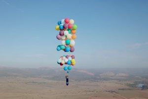 Cumpriu Sonho e Voou Céus Da África Do Sul Numa Cadeira Preso a 100 Balões 5