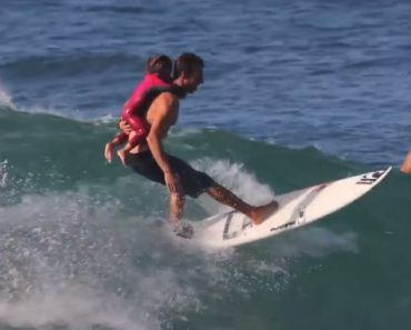 Pai e Filha Vivem Extraordinário Momento Ao Fazerem Surf Juntos 3
