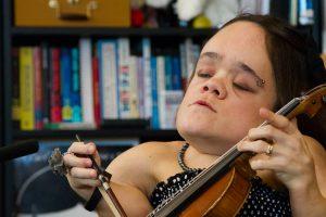 Violinista Com Grave Deficiência Nos Ossos Triunfa Com a Sua Melodia 10