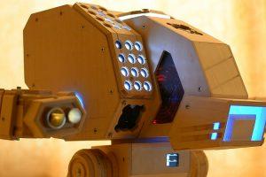 Fã De Jogos Cria o Seu Próprio Computador Feito De Madeira Em Forma De Robô 10