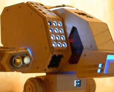 Fã De Jogos Cria o Seu Próprio Computador Feito De Madeira Em Forma De Robô 4