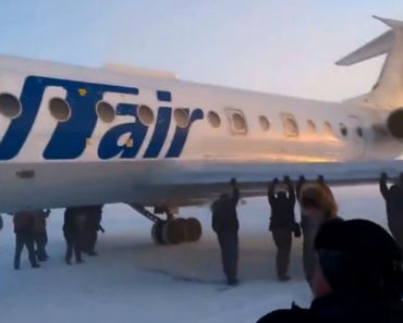 Passageiros Empurram Avião Para Poder Descolar 8