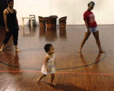 "Menina Com 2 Anos ""Ensina"" Coreografia a Bailarinos 2"