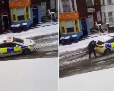 Polícias Colocam Detido a Ajudar a Empurrar Carro Que Ficou Preso Na Neve 1