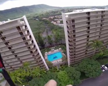 Homem Corajoso Salta De Parapente e Passa Entre Dois Edifícios 3