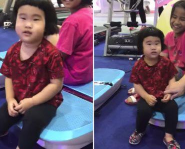 Criança Não Sabe o Que Pensar Da Sua Primeira Experiência Numa Plataforma Vibratória 1