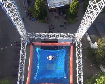 Parque De Diversões Proporciona a Experiência De Uma Queda Livre 4