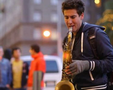 """Um Artista De Rua Que Faz """"Magia"""" Com o Seu Saxofone 3"""