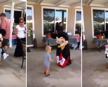 Criança Abraça Rato Mickey Pela 1ª Vez e Não Deixa Que Abrace Mais Ninguém 6