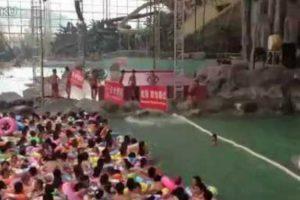 A Alucinante Tarefa De Ir a Uma Piscina Pública Na China 10