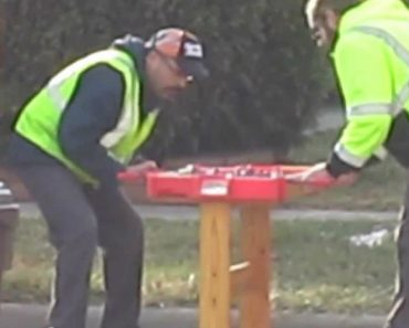 Homens Do Lixo Dão Uso a Uma Mesa De Matraquilhos Pela Última Vez 4