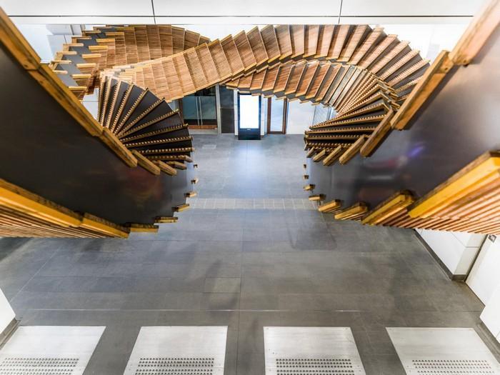 Antiga escada rolante de madeira transformada em escultura como decora o da sua vers o mais moderna - Wooden art mobili ...