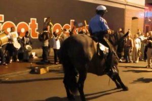 Polícia e Cavalo Proporcionam Fantástico Momento De Dança Ao Som De Música De Rua 8