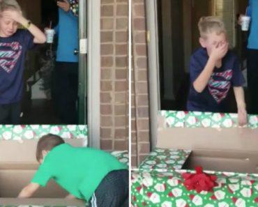 Criança Não Esconde a Emoção Ao Receber Um Cachorrinho Pelo Natal 3