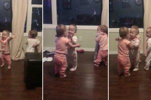 Bebés Quadrigémeas Adoram Abraçar-se Entre Elas 10