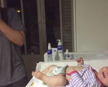Bebé Acha Piada Ao Sofrimento Do Pai Na Hora De Trocar a Fralda e Ri Perdidamente 5