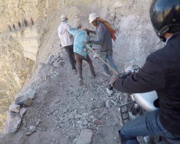 Motociclistas Fazem Travessia De Assustadora Montanha Após Um Deslizamento De Terras 6