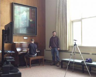 Carpinteiro e Vendedor Encontram Piano Numa Antiga Igreja e Proporcionam Extraordinário Momento Musical 3