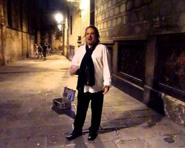 Dueto Inesperado Entre Um Cantor De Rua e Um Turista Em Barcelona 4