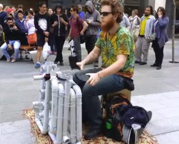 Artista De Rua Faz Incrível Música Eletrónica Com Tubos De PVC e Chinelos! 6