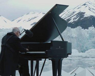 Pianista Toca Em Cima De Plataforma Flutuante Entre Os Icebergs Do Ártico 1